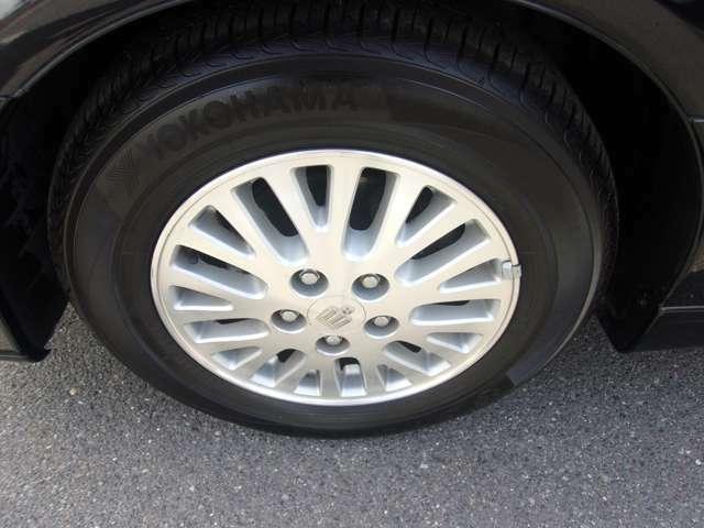 フロントのタイヤとホイールです。ホイールは4本共に目立つような傷も無く良好な状態です。タイヤの残り溝も有り、まだまだご使用して頂けます!