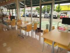 外観に負けない店内!ガラス張りのカフェみたいですね♪2階も商談ルームになっております。ごゆっくりお過ごしください★