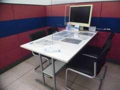 当店ではコロナ対策の取組として商談スペースはテーブルごとに仕切りをつけ、全席にパーテーションを設置しております。