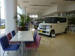 ショールームは広々としたスペースにホンダの新車を展示しております! 車内も見て頂けます!