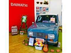 店内入口付近には懐かしい昭和42年式のダイハツの名車『フェロー』を展示しています。是非見に来てください。