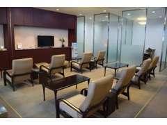 2階には、喫煙席の商談スペースとリラックススペースを完備しております★