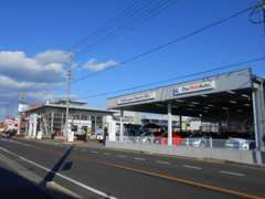 新車店舗の隣には、認定中古車スペースを併設しております。9:30~19:00までの営業です。
