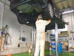 ご購入後も安心。アフターメンテナンスも是非当店へ。サービス工場完備です。専属の整備士二人にお車のことはお任せください!