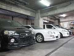 展示車両は屋内にて保管しております!御来店前に、御電話にて連絡頂けますと直ぐに見て頂く様に致しております!