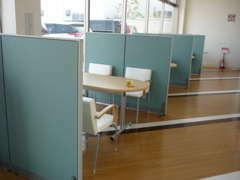 綺麗なショールーム!! 店内は禁煙になっており、喫煙スペースも完備しています◎キッズコーナーも新設しました◎◎