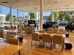 明るく広い商談スペース!ご希望のお車を前にしてカーライフアドバイザーがお客様のご要望にお応えします。