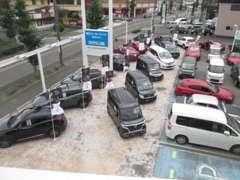 千歳通りに面した展示場です♪試乗車UPの乗用車から軽自動車までお値打ちなお車を多数取り揃えております。