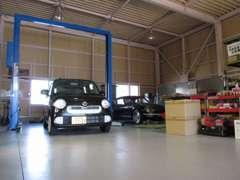 中部運輸局認証工場完備!車検から修理パーツ取付まで敏速に対応出来ます。夜間や悪天候でも明るいガレージ内で車をご覧頂けます