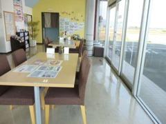 豊川店の店内は、商談スペースをシンプルに! 落ち着いてご商談して頂けるスペースもご用意しております。