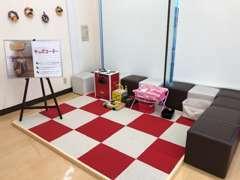 豊川店では、キッズコーナーもご用意しております。 お子様が退屈しないよう、おもちゃも揃えております!