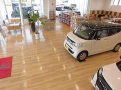広い店内には新車や中古車が数台展示してあり各種カタログもご用意しております!