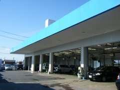 こちらが当店自慢のサービス工場(整備工場)です。広さも自慢です。何かあればご相談くださいね。車検もお任せ下さい。