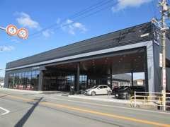 新車、中古車、サービスと合同店舗となっております。常時20台近く展示車がございますのでお気軽にご来店くださいませ。