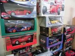 商談スペースには、憧れのフェラーリやポルシェなどのミニチュアカーが所狭しと展示してあります。