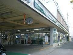 こちらが店舗・駐車場への入口です。