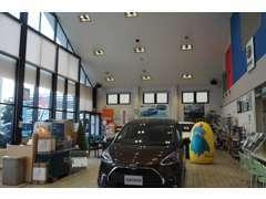 新車と併設の店舗です。ガラス張りの明るい店内でゆっくりとお過ごしください。