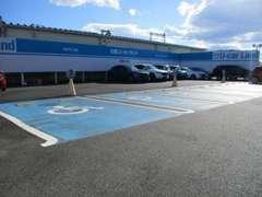 初来店でもわかりやすい青色の駐車スペースです。当店では、マツダ車はもちろんの事他メーカー車の整備等もお任せください!!