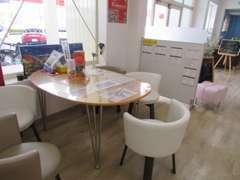 商談テーブルは3セットございます。ソファー席もありますよ。