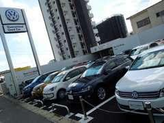 常時認定中古車を20台以上常時展示しております。新車拠点も近く見比べる事も可能です。