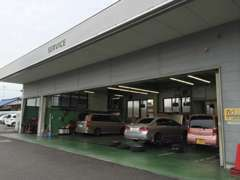 サービス工場は店舗奥にございます。お客様の愛車の車検・点検等お任せください。
