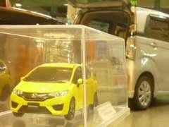 店内にはところどころにホンダの新車のミニカーが飾られています! カラーサンプルとしても見て頂けます!