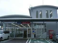 こちらの建物へどうぞ!スタッフが笑顔でお迎え致します。当店HPはこちら。http://www.mikawa-nissan.co.jp/