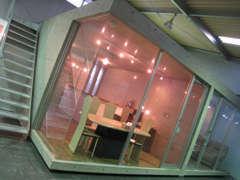 ガラス張りのショールームからも、ゆっくりと室内保管するクルマをご覧いただくことができます。