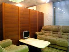 店舗内には、間仕切りを設けゆっくりと商談出来る専用のスペースも用意しております。