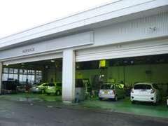 店舗の横にサービス工場も完備しております! 納車前の点検や整備などすべて当店の整備士が実施します!