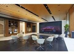 1階奥の220型相当の液晶マルチディスプレイでは、実車サイズさながらでご覧頂けるカーシュミレーターでお車をお選び頂けます。