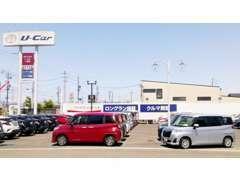 当店には最大約60台の車両を展示しております。奥には軽・コンパクトコーナーもございますよ。
