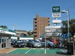 入口すぐの右側にはお客様専用駐車スペースを広く確保しています。ごゆっくりお進み下さいね。点検・車検の時にもこちらにどうぞ