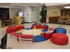 キッズスペースもございます♪ショールームの中央にあり、商談中でも目の届くところでお子様に遊んで頂ければと思います★