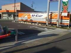 広い入口です。向かって側が展示車です!歩行者にお気をつけてごゆっくりお進み下さい。