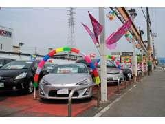 展示場にたくさんのお車を揃えております。気軽に見にきて下さいね。