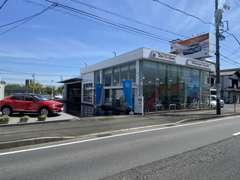 県道57号線沿い、屋根の上のオレンジの看板が目印。名鉄バス「中央公園前」バス停が最寄りの交通機関です