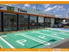 店舗前には駐車場も完備しております。お車でもお気軽にお越しくださいね。