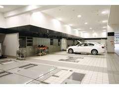 愛車の整備の様子がご覧いただける設備もご用意。大切なお車の整備を安心して任せられるサービスワークショップ。