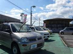 道路からの風景です。全メーカーを取り扱ってますので気に入ったお車が見つかるようお手伝いさせて下さい。