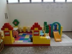 LEGO製のキッズルームがございます。女性用トイレにはおむつがえベッドとおむつのご準備がございます。
