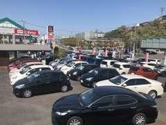 常時約70台を展示!低燃費のハイブリットや軽自動車はもちろん、時には新車店舗で使用していた試乗車も展示してます♪