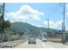 当店は国道41号線沿いにございます。 東海北陸自動車道「飛騨清見IC」から高山清見道路を通って「高山IC」を下車して15分程です