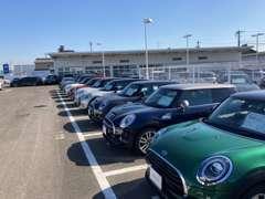 試乗車、下取車を中心にBMW&MINI認定中古車を常時300台展示。