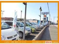 店舗入り口道路沿いには展示車が多数並んでおります!奥のオレンジ色の看板が目印です☆