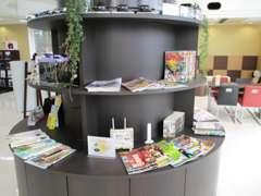 店内にはホンダのクルマのミニカーが展示してあります。クルマ・ゴルフ・旅行・ファッション・料理等の雑誌も豊富にあります!