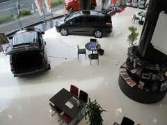 陽が降り注ぐ明るい店内にはTVCMでもおなじみのホンダの新車が展示してあります!
