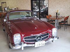 希少な1956年製のメルセデスベンツのオープンカーを展示しています。コーヒーでも飲みながら、ゆっくりお過ごしください。