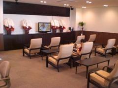 1階と2階(喫煙室)に修理のお客様用に待合室を完備。リラックスしていただけるリクライニングソファー。キッズルームもあり
