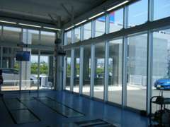 工場の一部はなんとガラス張りのシースルー!ガラス越しに作業風景を見学していただけます♪